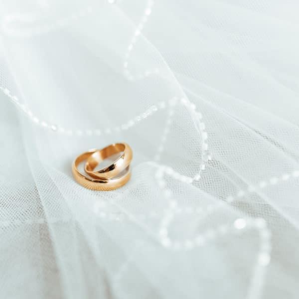 beim Organisieren der Hochzeit Geld sparen